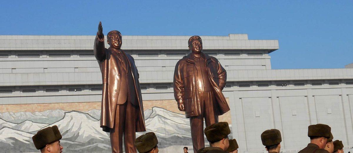 Las estatuas de Kim Il Sung y Kim Jong Il en la Plaza Central de Corea del Norte. Foto: Daniel Wizenberg