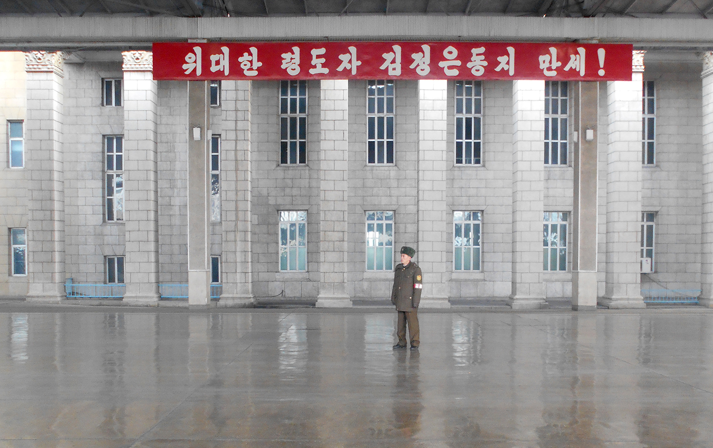 Un oficial vigila una estación deshabitada. Foto: Daniel Wizenberg