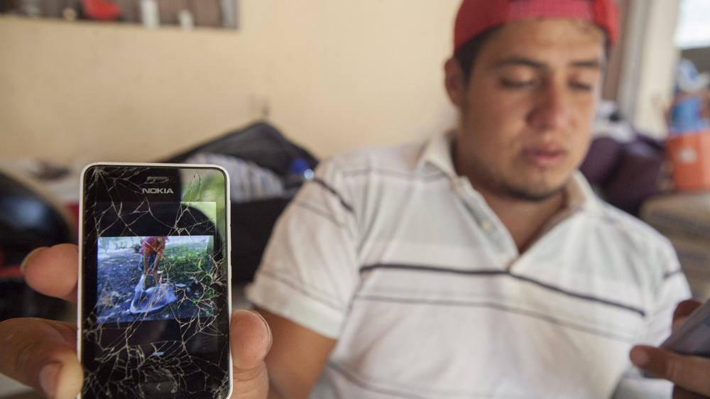 Martín muestra una imagen de su hermano Jonás jugando con un burro. Foto: Alejandro Saldívar