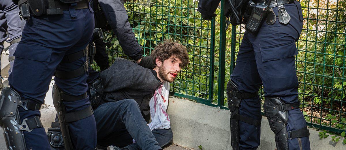 Luego de enfrentamientos, un manifestante es arrestado por la policía durante la marcha del 1 de mayo contra Marine Le Pen. Foto: Hugo Passarello