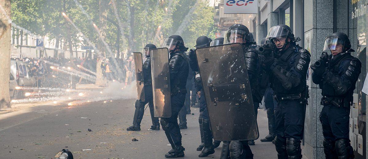 Un petardo lanzado por manifestantes explota cerca de los policías durante la manifestación del 1 de mayo contra la candidata de extrema derecha Marine Le Pen entre las dos vueltas de la elección presidencial. Foto: Hugo Passarello