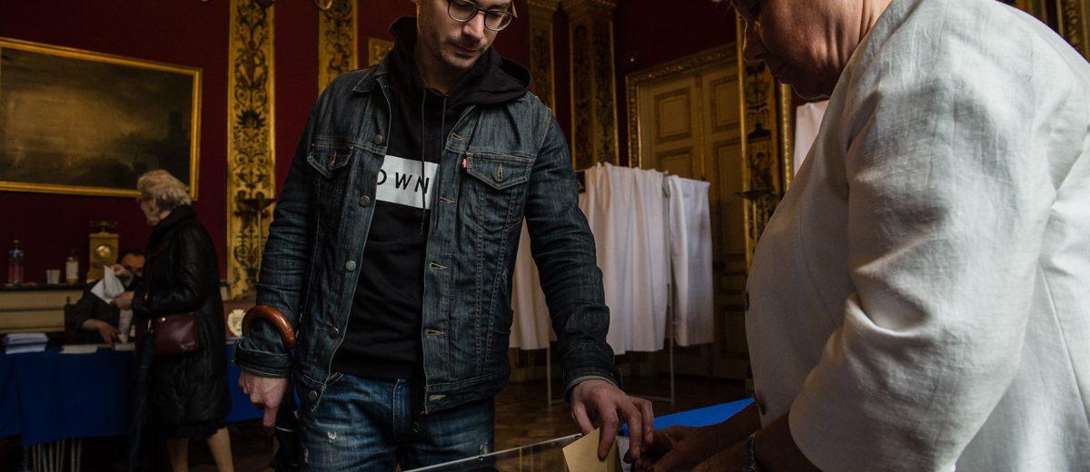 Un elector francés coloca su voto en la urna durante la segunda vuelta de las elecciones presidenciales que dieron como ganador al centrista Emmanuel Macron frente a la extrema derecha de Marine Le Pen. Foto: Hugo Passarello