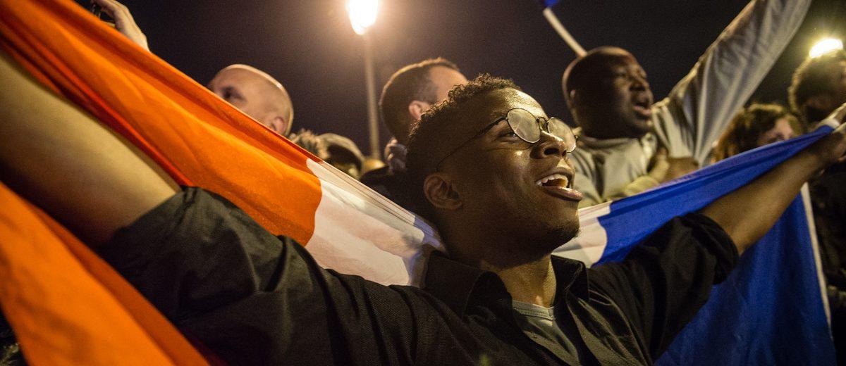 Un simpatizante del centrista Emmanuel Macron canta el himno nacional francés durante la celebración por al elección de Macron como nuevo presidente de Francia. Foto: Hugo Passarello