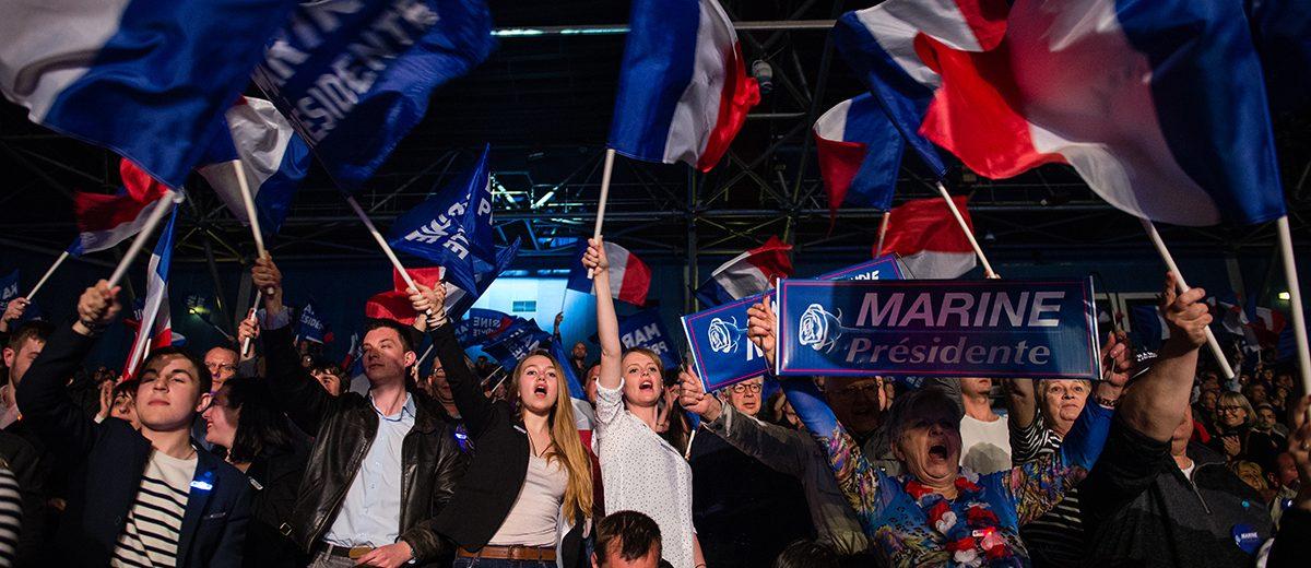 Simpatizantes celebran el discurso de Marine Le Pen. En la primera vuelta la extrema derecha obtuvo más del 21%, un récord desde su fundación en 1972. Foto: Hugo Passarello