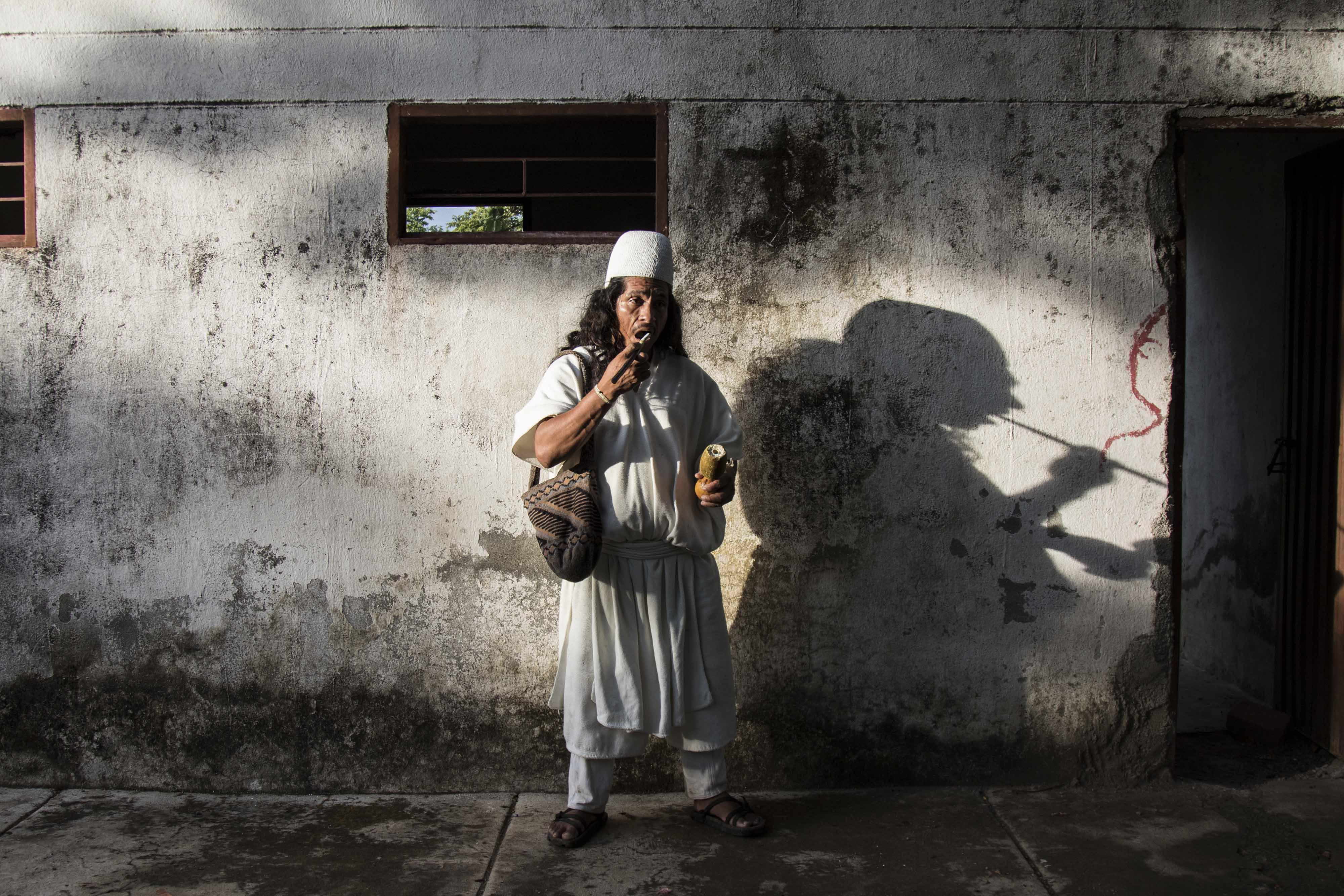 El comisario Jesús Ramón Torres posa para una foto frente a una casa abandonada cerca de Umuriwa. Foto: Aitor Sáez