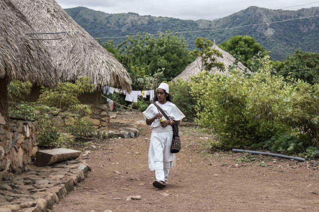 Un joven indígena poporea mientras camina por las calles de Umuriwa. Foto: Aitor Sáez