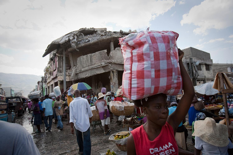 Un mercado popular en Puerto Príncipe. Foto: Alejandro Saldívar