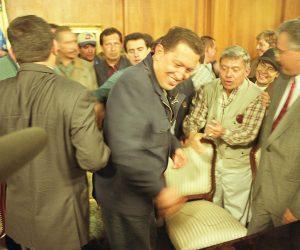 """Hugo Chávez Frías, a su regreso del """"secuestro"""" por parte de militares adversos a su gobierno, quienes lo arrestaron durante varias horas luego de que se anunciara su renuncia tras un escenario de vacío de poder en Venezuela. Palacio de Miraflores. 14 de abril de 2002. Foto: Gabriel Osorio"""