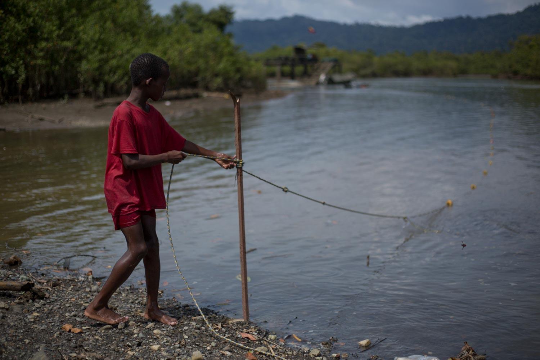 Un niño pesca artesanalmente en Tribugá. Foto: Iván Castaneira