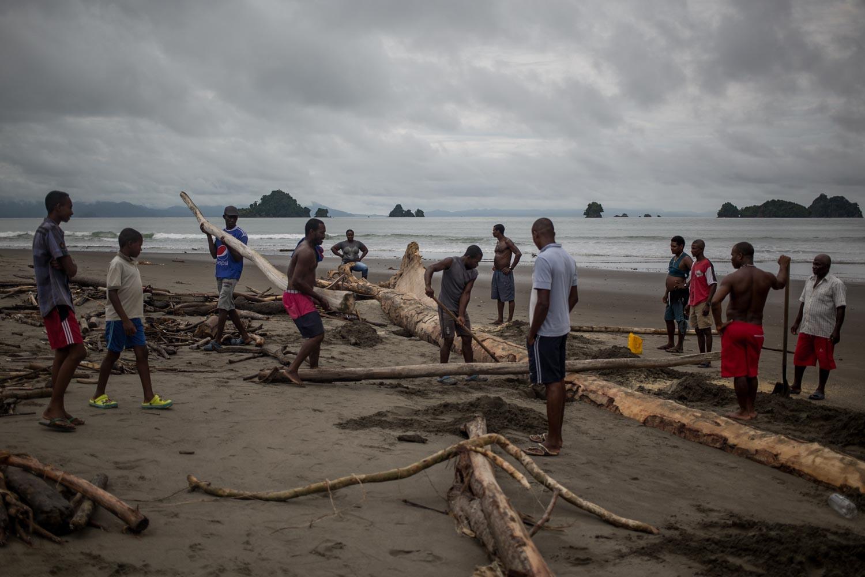 Los pescadores aprovechan todos los recursos que provienen del mar, como estos troncos que fueron arrojados por la marea alta después de una tormenta. Foto: Iván Castaneira