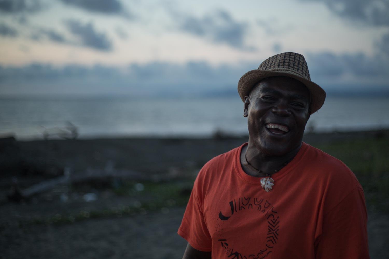 Enrique es víctima del desplazamiento forzado debido al ataque de los paramilitares a su comunidad natal, Tribugá. Él se estableció con su familia en Nuquí, y decidió no regresar a su antigua comunidad. Es uno de los fundadores del Grupo Interinstitucional y Comunitario de Pesca Artesanal, que se ha encargado de defender el mar en contra de los empresarios y los barcos pesqueros industriales que quieren sobreexplotar el océano de esta región del Pacífico colombiano. Foto: Iván Castaneira