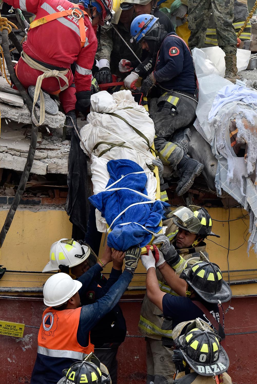 Un cuerpo rescatado en la unidad habitacional Tlalpan. Foto: Eduardo Miranda