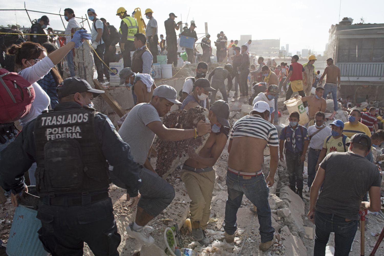 Vecinos remueven escombros en una fábrica de tela en Chimalpopoca, en el Centro de la CDMX. Foto: Eduardo Miranda