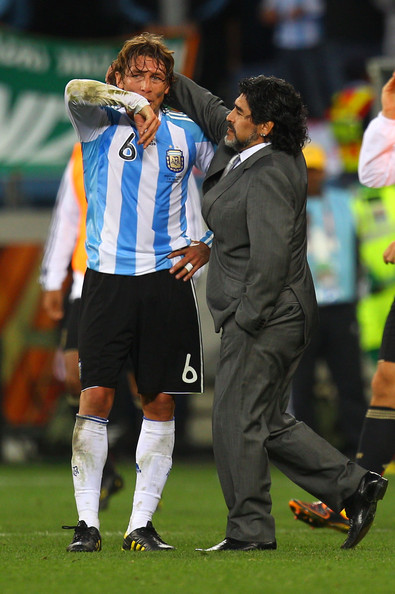 Gabriel Heinze consolado por Diego Maradona en el Mundial 2010. (WikiMedia Commons)