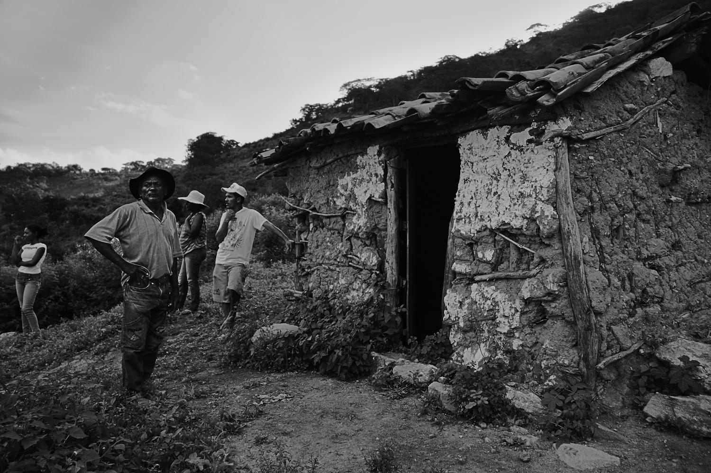 A Família de dona Josefa observa o quilombo do alto da serra. Imagem: Thiago Henrique