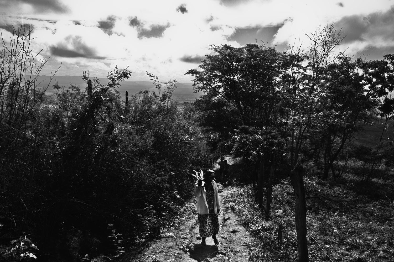 Outros, como Josefa trabalham limpando mato das fazendas do entorno pertencentes a oligarquia do município. Imagem: Thiago Henrique