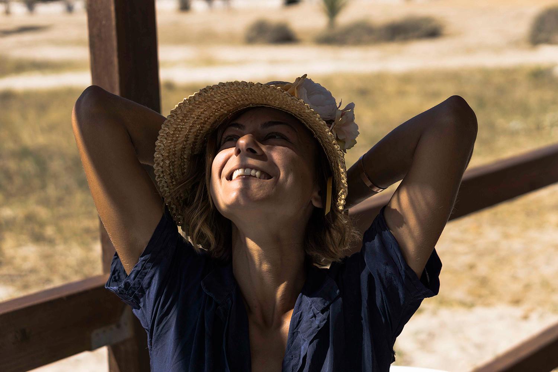 Francesca descansando, en la cabeza lleva un sombrero de paja de trigo decorado con flores. Foto: Rocío Periago