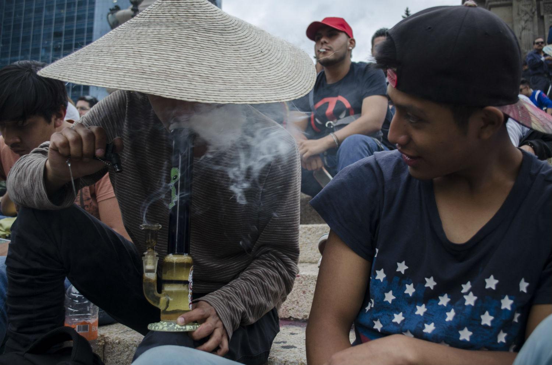 Jóvenes piden la legalización de la mariguana en el Ángel de la Independencia. CDMX. Foto: Alejandro Saldívar