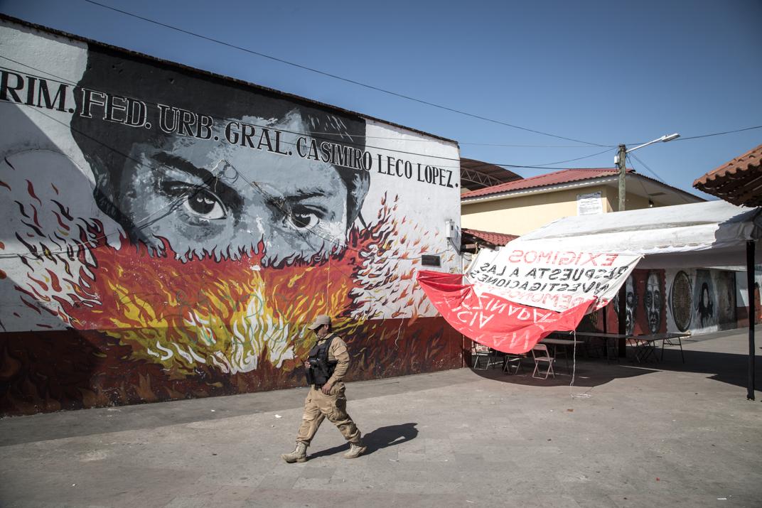 Miembro de la Ronda Comunitaria termina de hacer un rondín por el lugar en donde se llevarán a cabo las elecciones en el barrio primero Jurhukutini. Foto: Heriberto Paredes