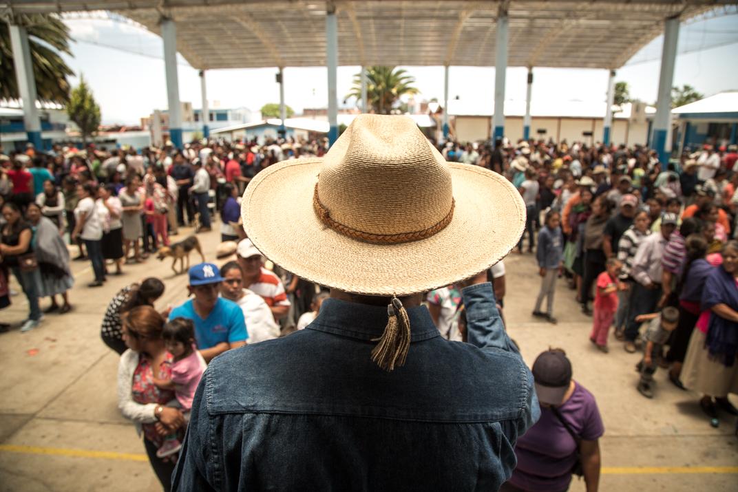 Salvador Campanur, uno de los nuevos Kéris, espera el conteo de las personas que se formaron frente a él. Foto: Heriberto Paredes