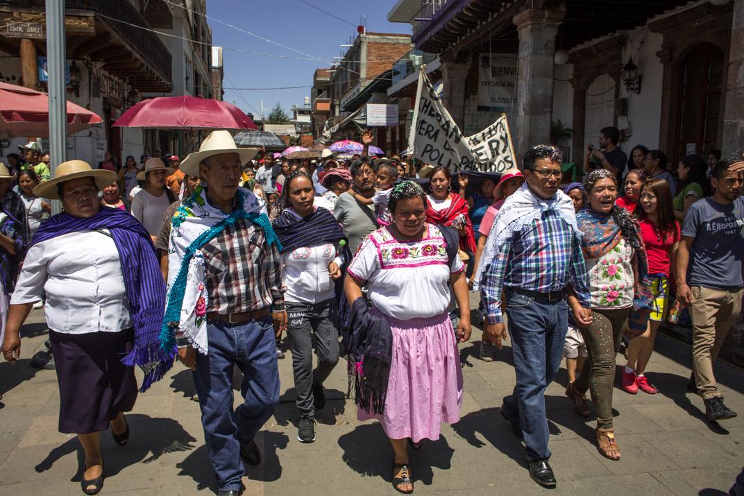 El barrio cuarto Parhikutini entra a la plaza principal con sus nuevos K'eris al frente. Foto: Heriberto Paredes