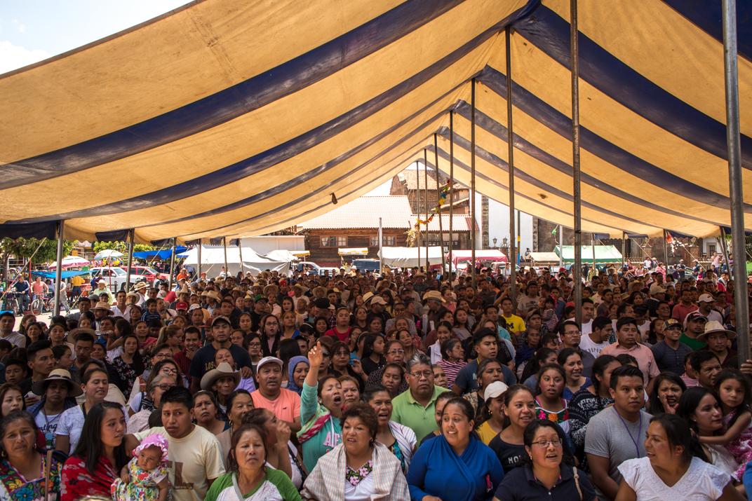 La plaza central luce abarrotada ante la presentación de los nuevos K'eris que estarán en la estructura de gobierno los siguientes tres años. Foto: Heriberto Paredes