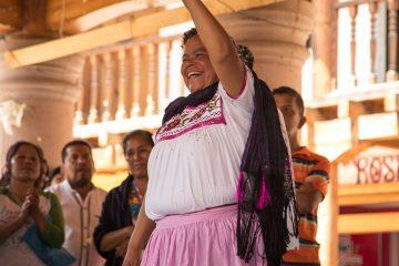 Claudia Rojas Hernández, K'eri del barrio cuarto levanta el puño con ánimo victorioso por la presencia de tres mujeres en este nuevo gobierno. Foto: Heriberto Paredes
