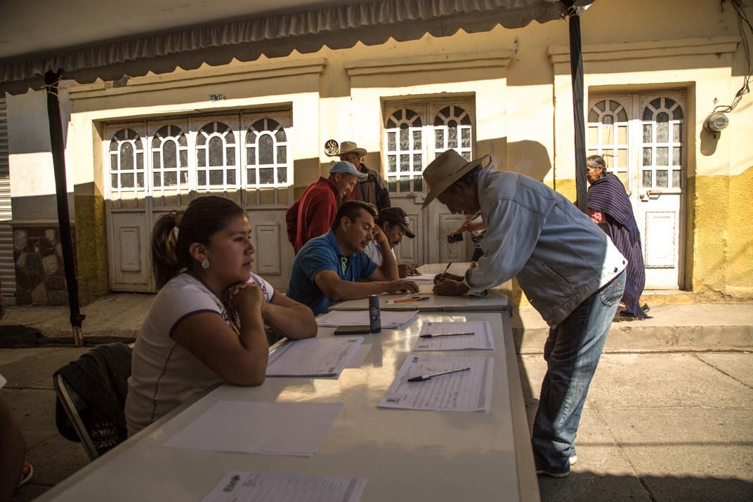 Mesa de registro previo a las elecciones en el barrio cuarto Parhikutini. Foto: Heriberto Paredes