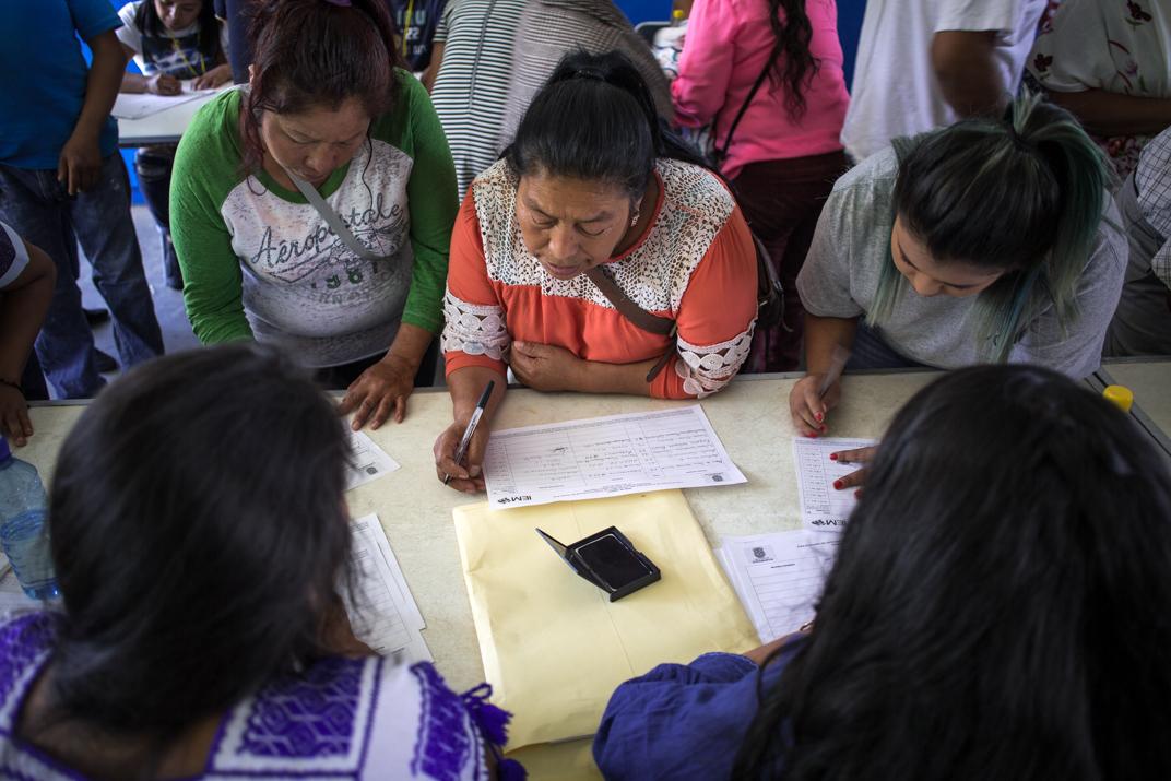 Grupo de mujeres del barrio segundo Kétsicua realizan su registro antes de ingresar a la escuela que sirve como sede de las elecciones. Foto: Heriberto Paredes