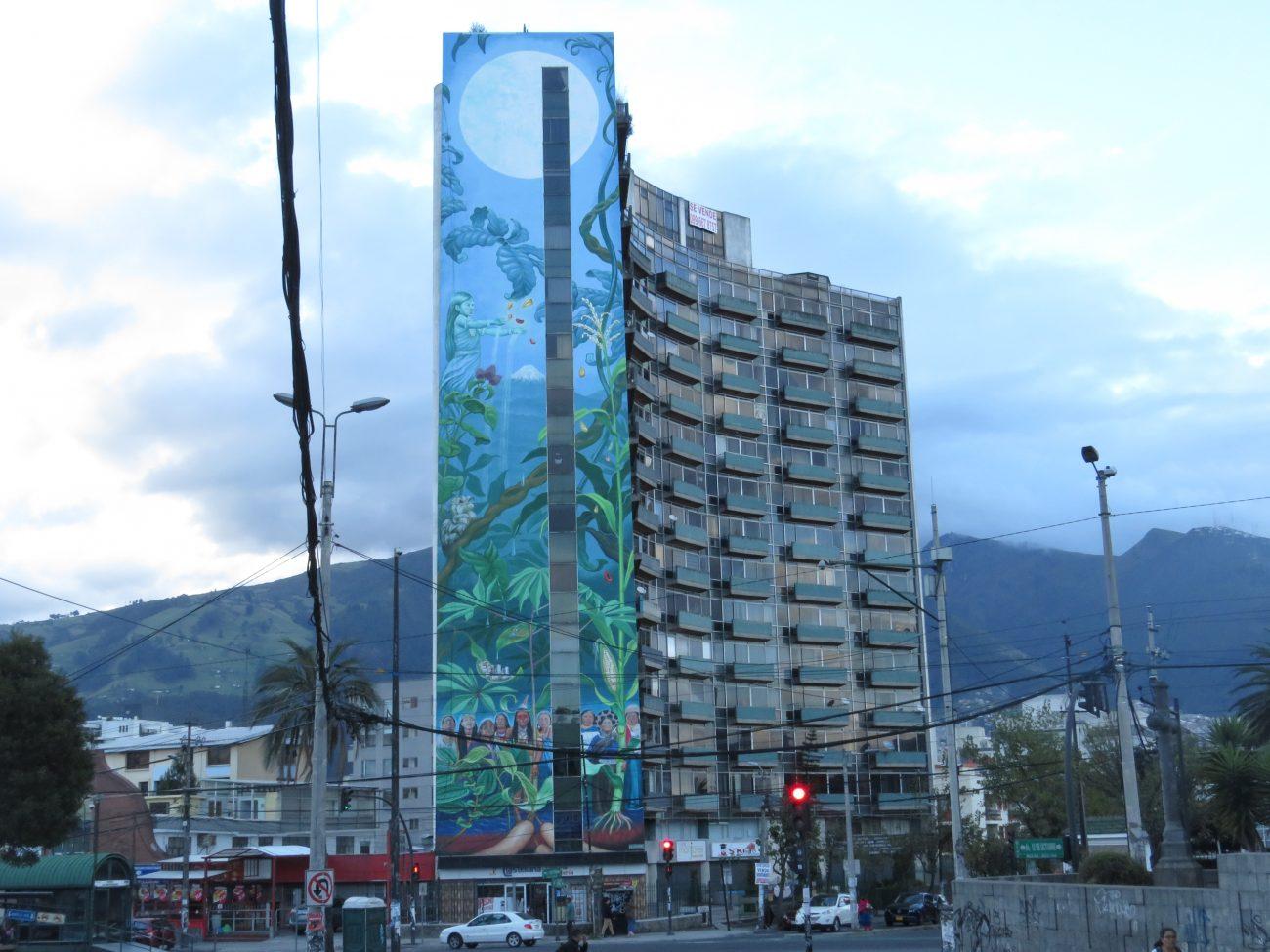 Obra realizada en 2016 por la artista suiza Mona Carón en Quito sobre la lucha social de la mujer indígena.. Foto Mayuri Castro