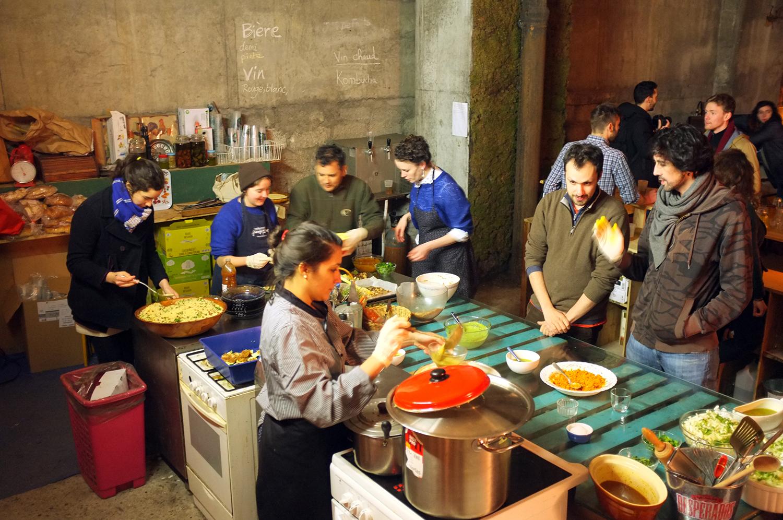 Varios voluntarios ayudan a servir los platos. Todos participan por convicción, ninguno recibe un pago. Foto: Santiago Rosero