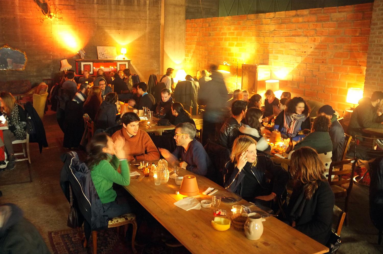 Hacia las 21:00 horas, el restaurante luce lleno. Es común que las mesas sean compartidas por varios grupos de personas. Foto: Santiago Rosero