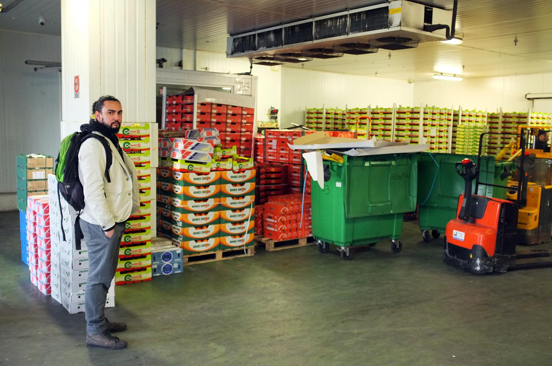 Aladdin Charni espera en la entrada del mercado de Rungis, donde recibirá la mercancía. Foto: Santiago Rosero