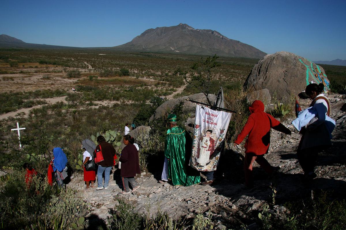 Peregrinos en el desierto de Espinazo. Foto: Alejandro Saldívar