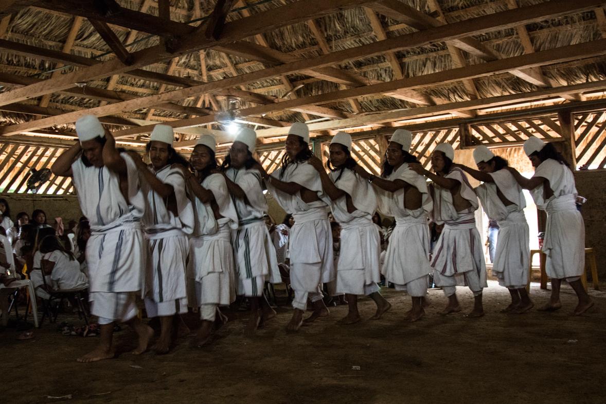 Un grupo de indígenas se reúne para hacer sus bailes tradicionales. Foto: Aitor Sáez