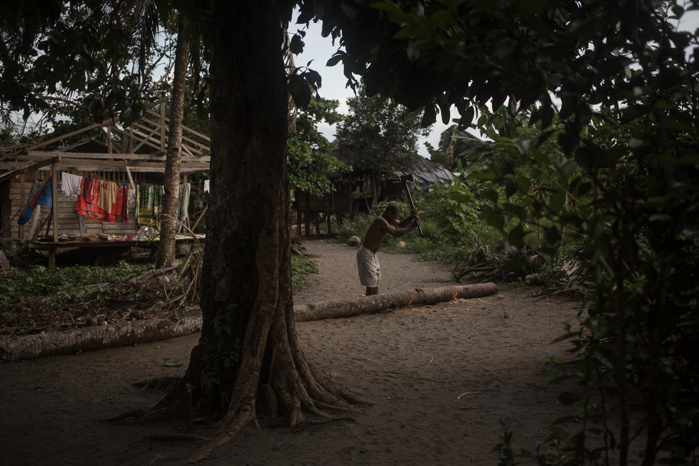 Un hombre tala un árbol en Jurubirá. Foto: Iván Castaneira