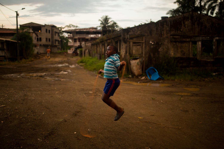 Una niña juega en Tribugá. Foto: Iván Castaneira