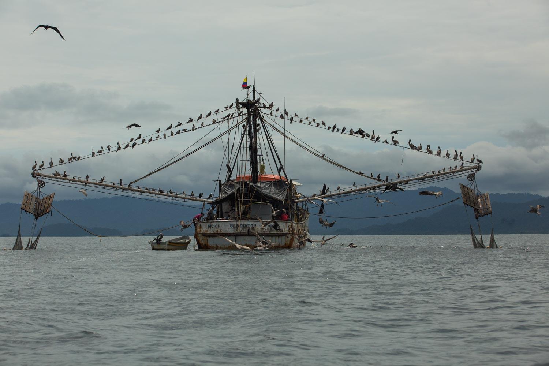 Un barco de pesca de arrastre en el Pacífico colombiano. Foto: Iván Castaneira