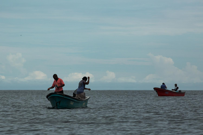 Pescadores bajo el método artesanal. Foto: Iván Castaneira