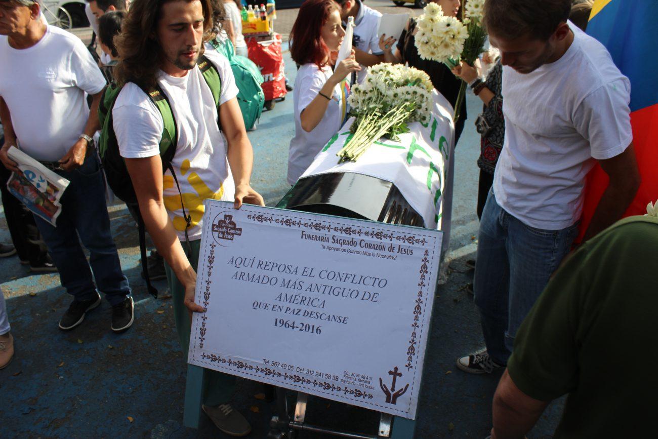 Un grupo de activistas por el Sí ensayan un funeral de la guerra. Foto: Daniel Wizenberg