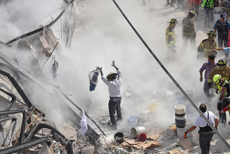 El caos entre los escombros de la fábrica de costureras. Foto: Eduardo Miranda