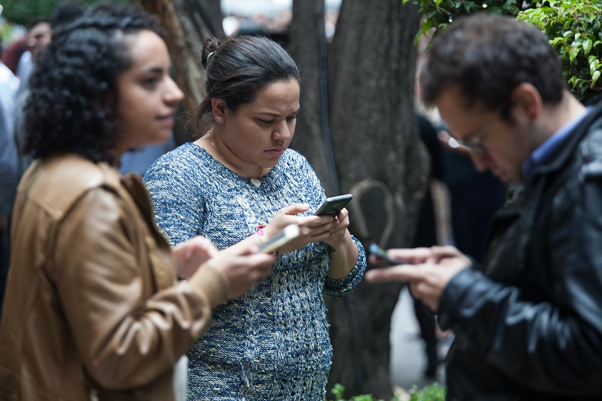 Empleados salen de sus oficinas minutos después del temblor del 19 de septiembre. Foto: Alejandro Saldívar