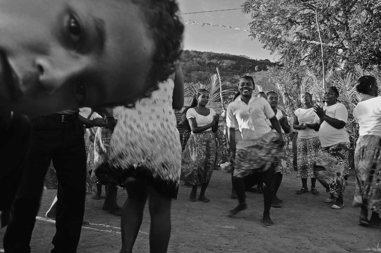 O costume se originou das reuniões familiares que eram realizadas para construção das casas de taipa. A pisada do samba servia de ferramenta para assentar o barro do chão das casas. Imagem: Thiago Henrique
