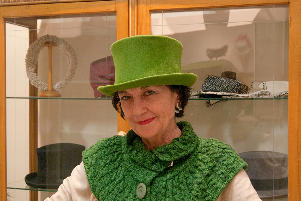 Charo con una chistera color verde pistacho, perfecta para la fiesta de Santa Catalina, patrona de las sombrereras. Foto: Rocío Periago