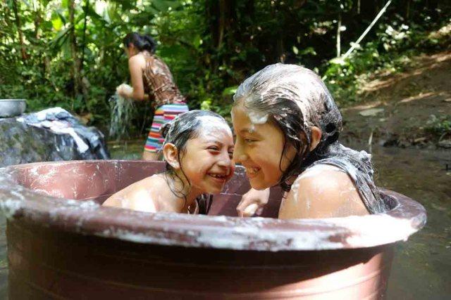 El río forma parte del entorno y de la vida de la comunidad Tsáchila. Foto: Emilia Lloret