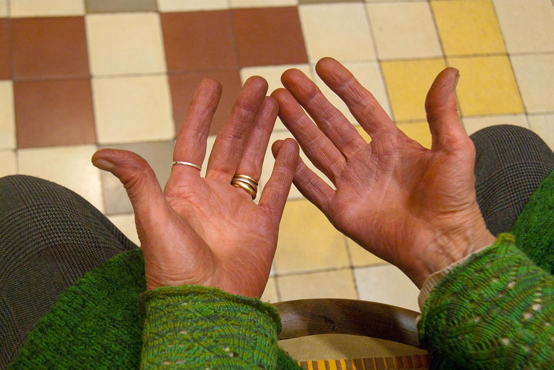Las manos de Charo en su taller. Foto: Rocío Periago