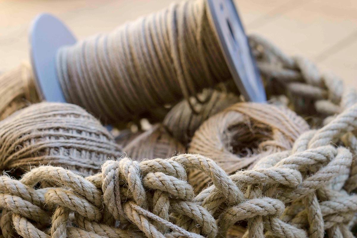 Detalle de diferentes tipos de hilos hechos con la fibra del cáñamo. Foto: Rocío Periago