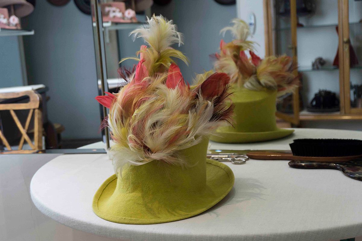 Sombrero realizado por Henar, la base es de fieltro amarillo y la copa está decorada con plumas que asemejan llamas de fuego. Foto: Rocío Periago
