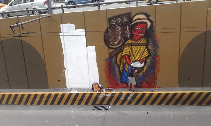 Para el segundo sábado de trabajo Franco finaliza la primera parte del mural. Foto de Mayuri Castro.