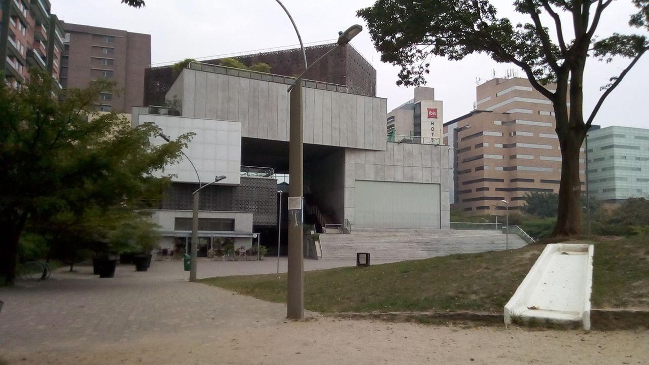 Museo de Arte Moderno de Medellín (MAMM), un acostumbrado lugar para encuentro de personas, hoy día vacío por las prevenciones contra el Covid-19.